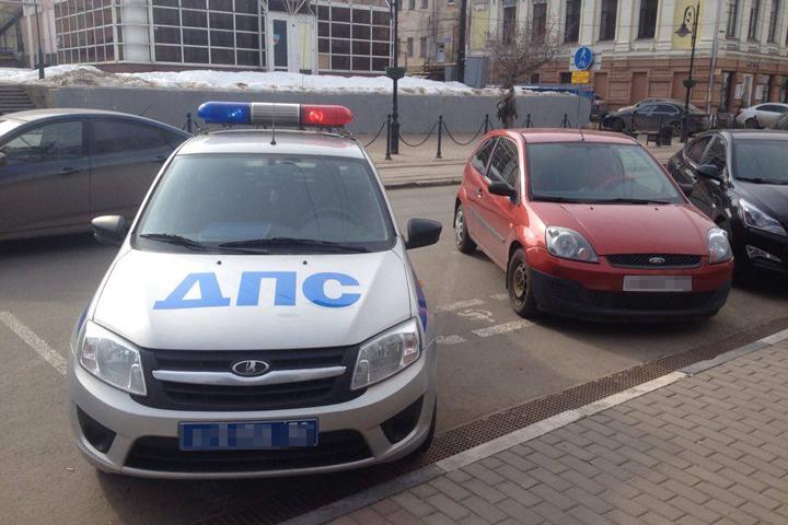 Нижегородцев возмутил автомобиль ДПС, припаркованный на месте для инвалидов