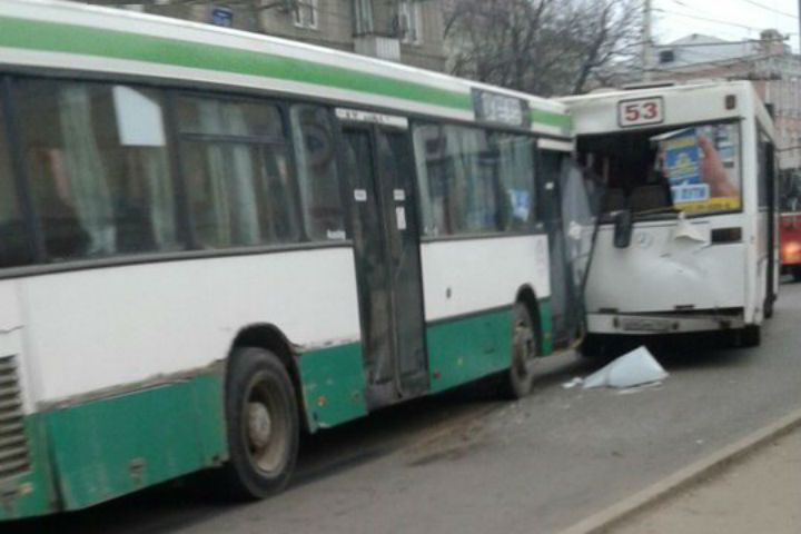 Вцентре Саратова столкнулись два автобуса спассажирами