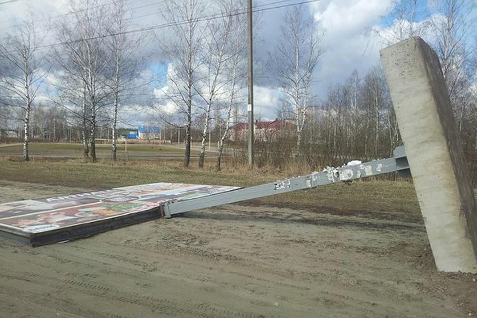 ВБрянске между школой ифутбольной площадкой рухнул рекламный щит