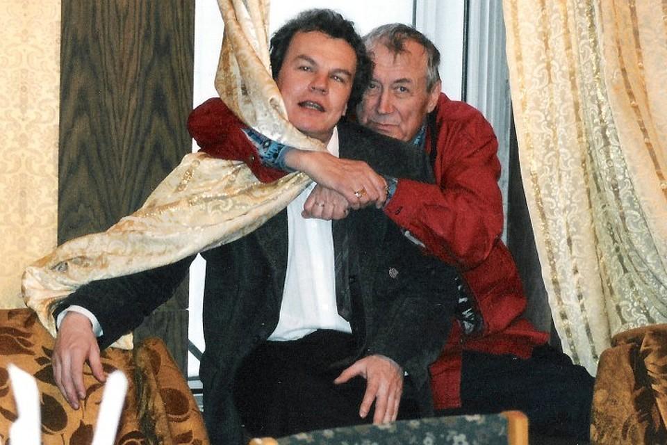 Пермский поэт Юрий Беликов (слева) и Евгений Евтушенко после авторского вечера «шестидесятника» в пермском драмтеатре. 1996 год. Фото: из личного архива Юрия Беликова.