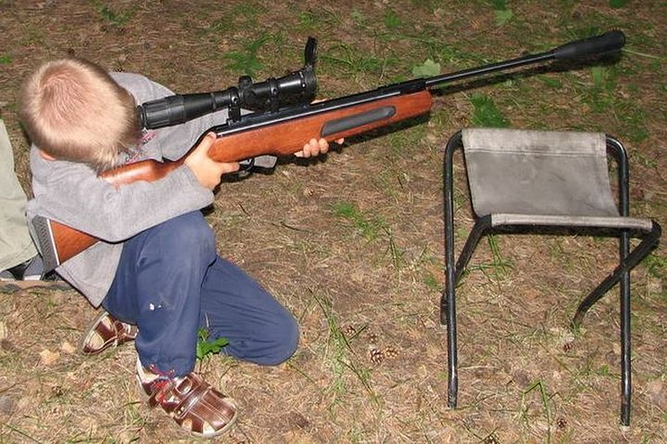 Отец девушки, случайно выстрелившей изпневматического оружия водноклассника, предстанет перед судом
