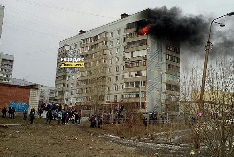 Мужчину без сознания иребенка вытянули изгорящего дома вНовосибирске