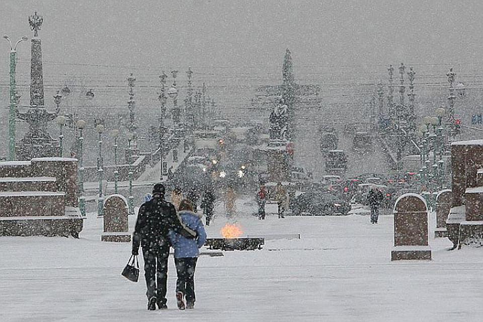 Неменее 600 снегоуборочных машин и 1 000 дворников вышли наулицы Петербурга