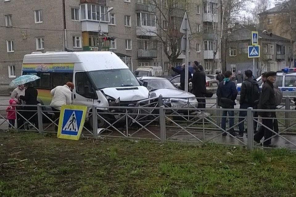ВПерми стакнувшиеся микроавтобус и«ВАЗ» сбили пешехода