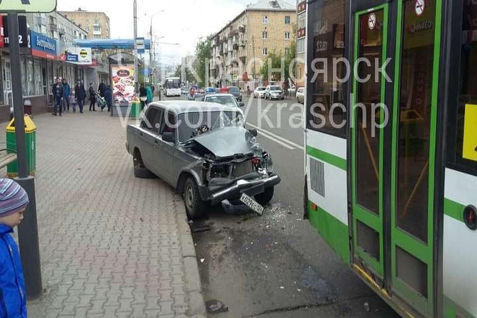 ВКрасноярске шофёр Лада врезался вавтобус и убежал сместа ДТП