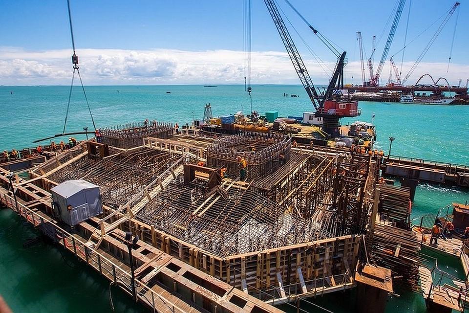 Фарватерные опоры Крымского моста вконце лета смогут принять судоходные арки