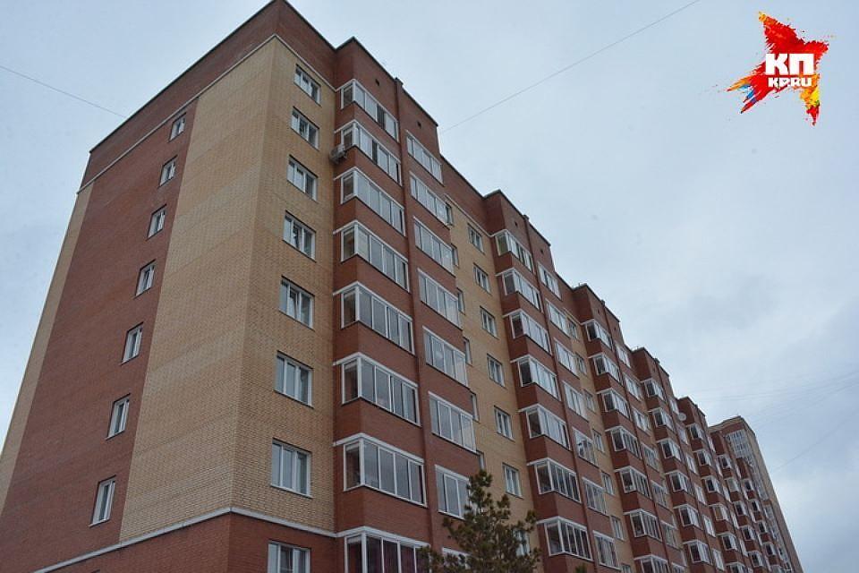 ВКемерове полуторагодовалая девочка выпала изокна
