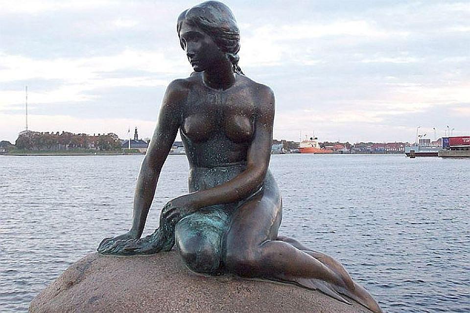 Защитники животных облили краской популярную статую Русалочки вКопенгагене