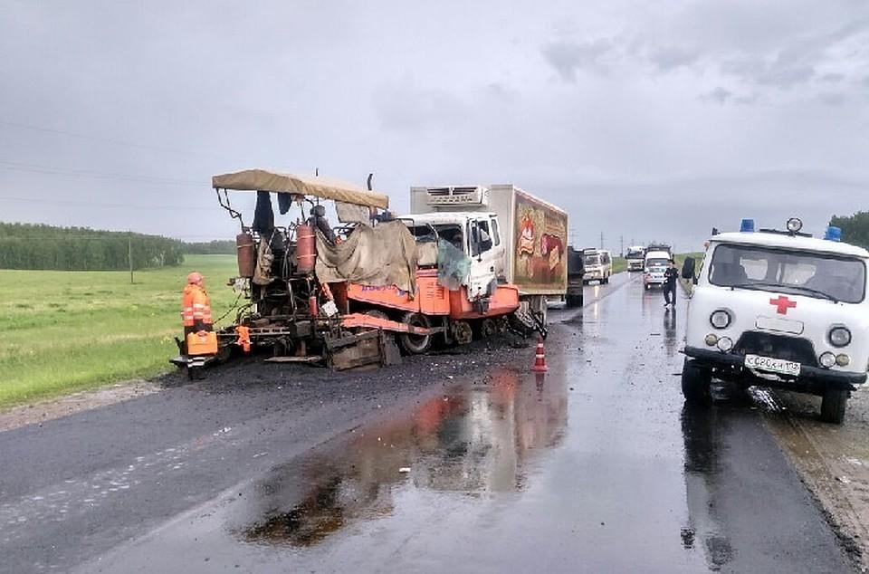 Натрассе вБашкирии всильный дождь фургон налетел наасфальтоукладчик