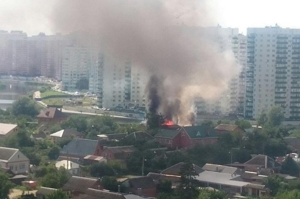 ВКраснодаре полыхает двухэтажный дом