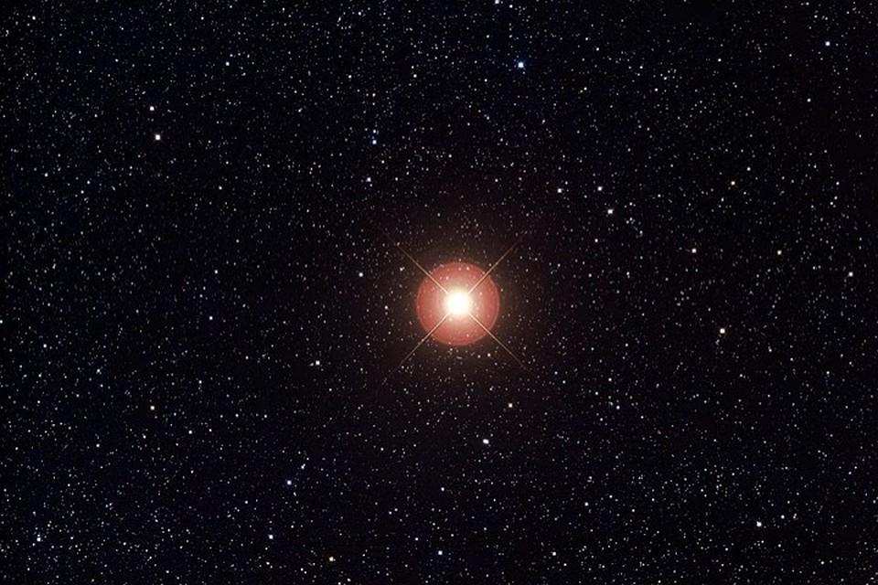 Бетельгейзе раздулась красным шаром небывалого размера. Звезда стала в 1400 раз больше Солнца.