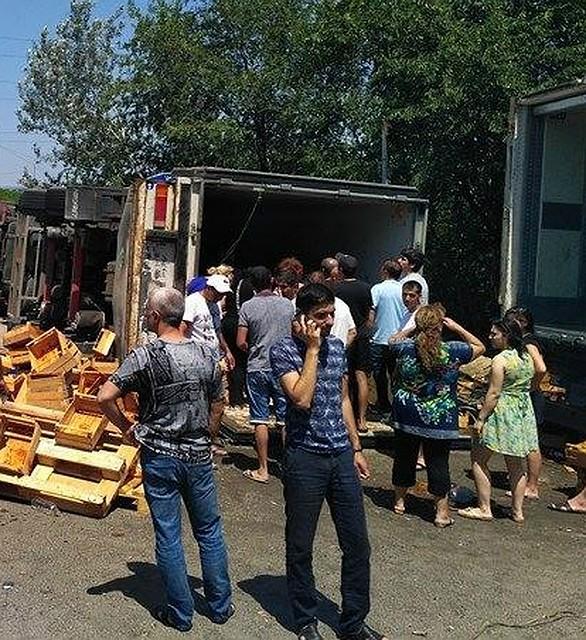 Под Ростовом шофёр фуры, угодившей вДТП устроил акцию распродажи абрикос