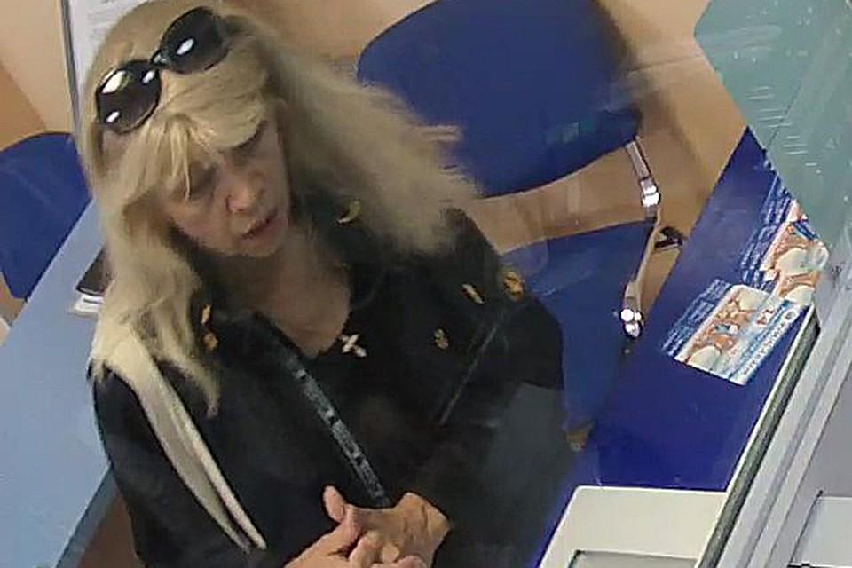 ВГомеле кассир банка ошиблась на 1 тыс  руб. . Клиентов ищет полиция
