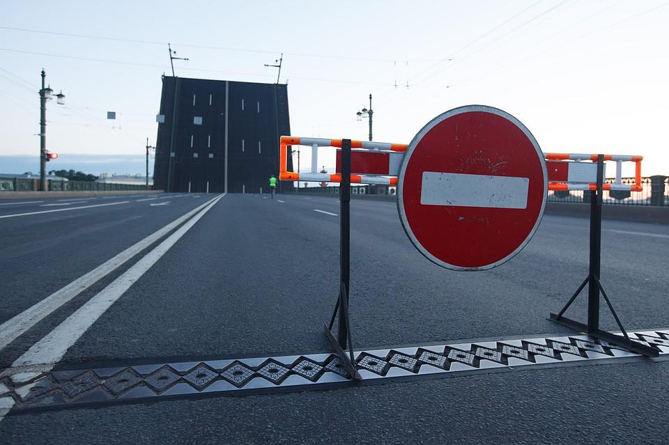 Первопричиной сумасшествия навигаторов стали разведенные днем мосты вПетербурге