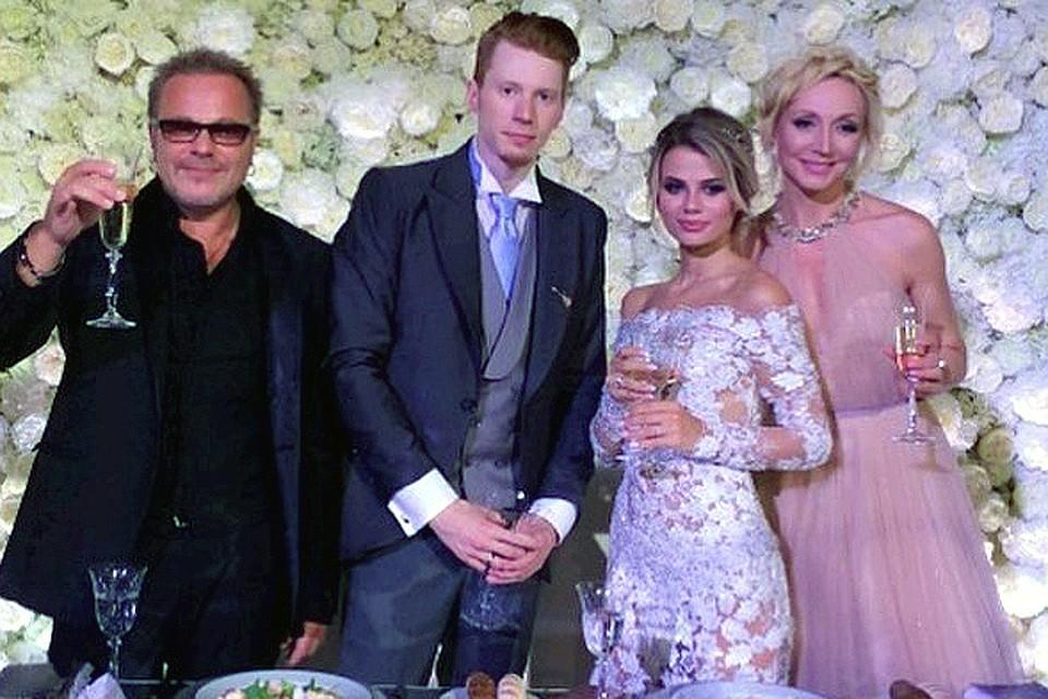 Новобрачные с родителями Никиты - Владимиром Пресняковым и Кристиной Орбакайте.