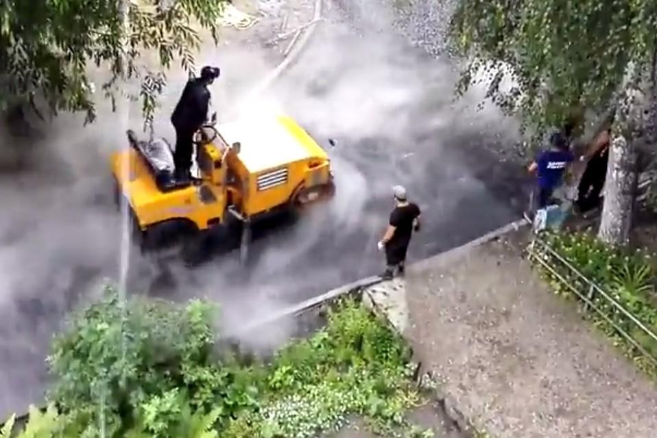Ливень ремонту непомеха. ВЧелябинске дорожники заасфальтировали двор под проливным дождем