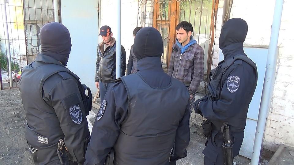 Втепличном хозяйстве мигрант набросился сножом на солдата ОМОН