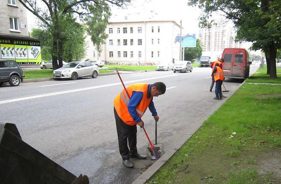 Спетербургских улиц вывезли неменее 3 тыс. тонн грязи занеделю