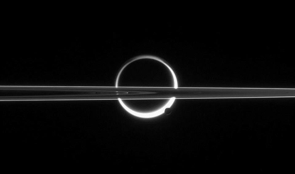 Станция Cassini показала кадры  солнечного затмения наСатурне