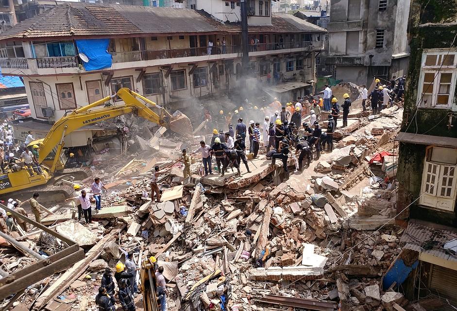 Около 35 человек могут находиться под завалами рухнувшего здания вМумбаи