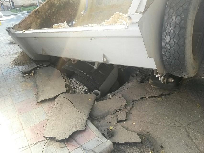 ВСаратове втраншею провалился фургон  спеском
