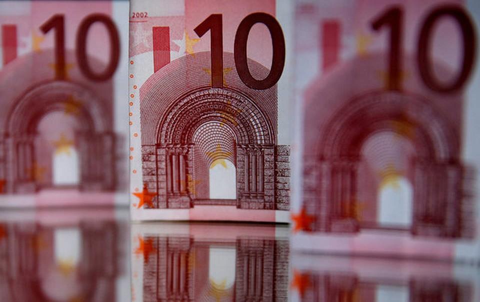 Курс евро опустился ниже 68 руб. впервый раз сконца июля
