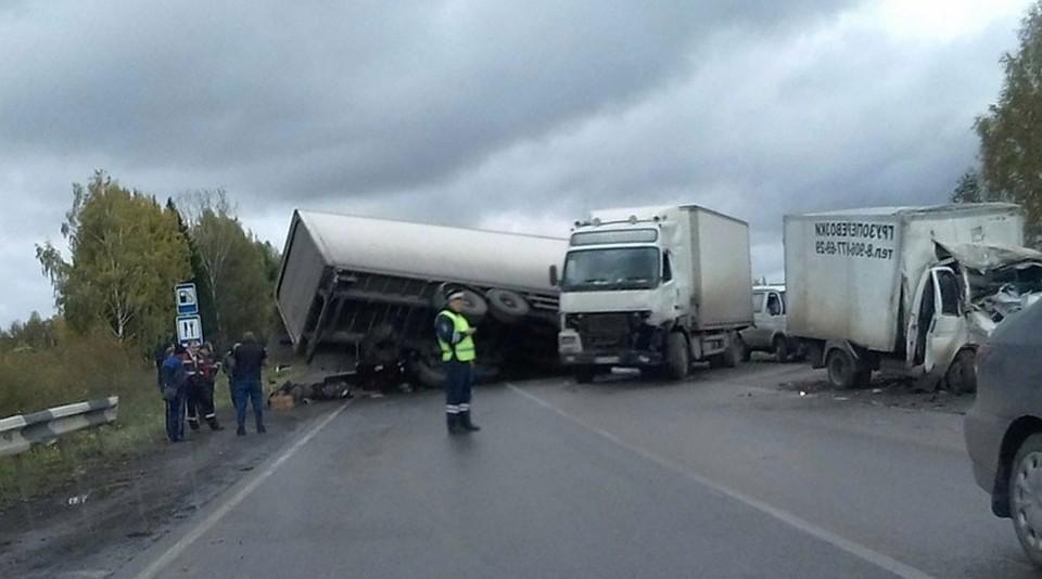 Натрассе «Краснокамск— Нытва» вПермском крае столкнулись три грузового автомобиля: пострадал человек