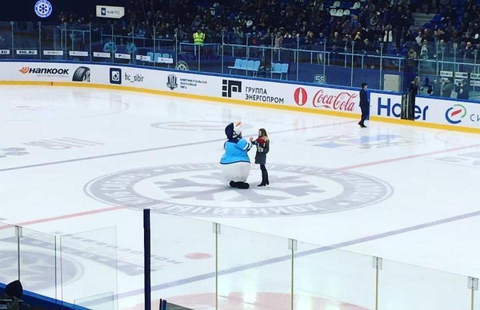 БолельщикХК «Сибирь» сделал предложение собственной девушке вовремя матча