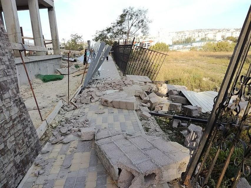 Ураганный ветер вНовороссийске переворачивал грузовые автомобили ираскручивал башенные краны