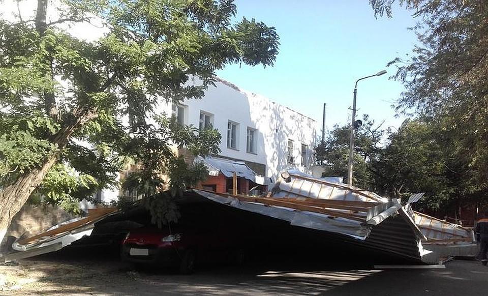 ВКрыму наавтомобиль слюдьми упала сорванная крыша