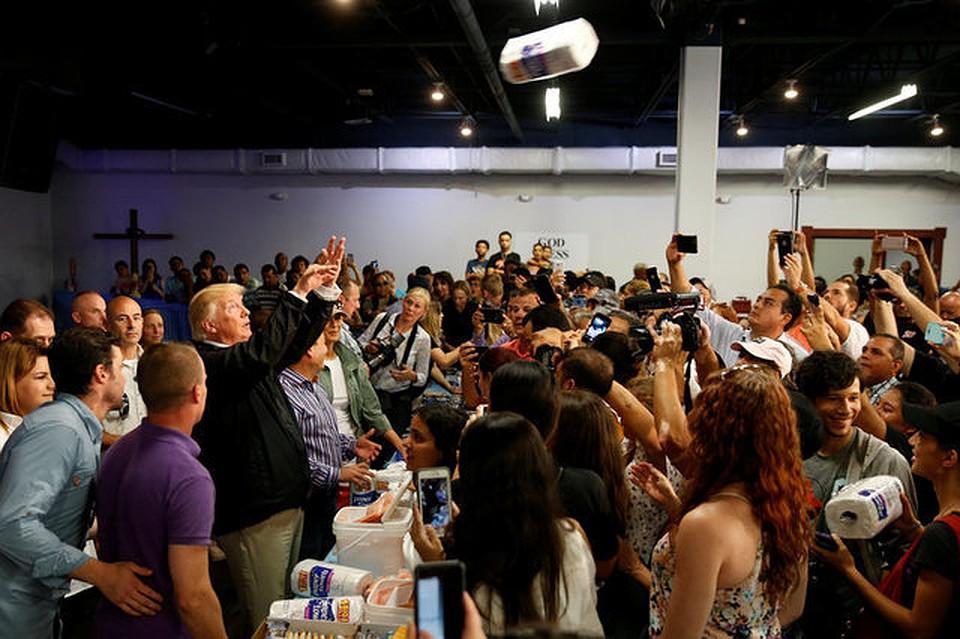 Трамп бросил жителям Пуэрто-Рико несколько рулонов бумажных полотенец