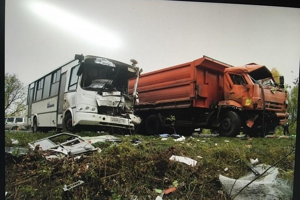 Рейсовый автобус и«КамАЗ» столкнулись вЕлецком районе. Есть пострадавшие