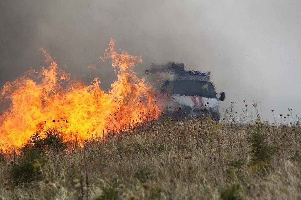 Пожарные шесть часов тушили горящую траву наокраине Ставрополя