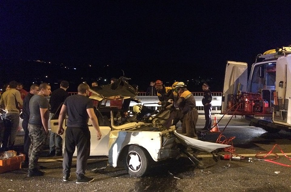 ВСочи cотрудники экстренных служб вызволили молодого человека, зажатого всалоне авто вДТП