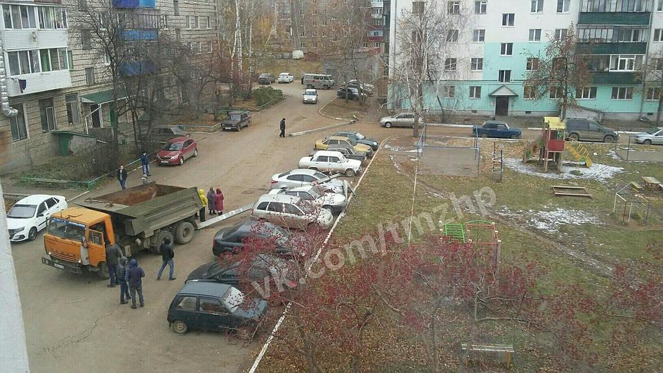 ВБашкирии шофёр КамАЗа задним ходом снес столб