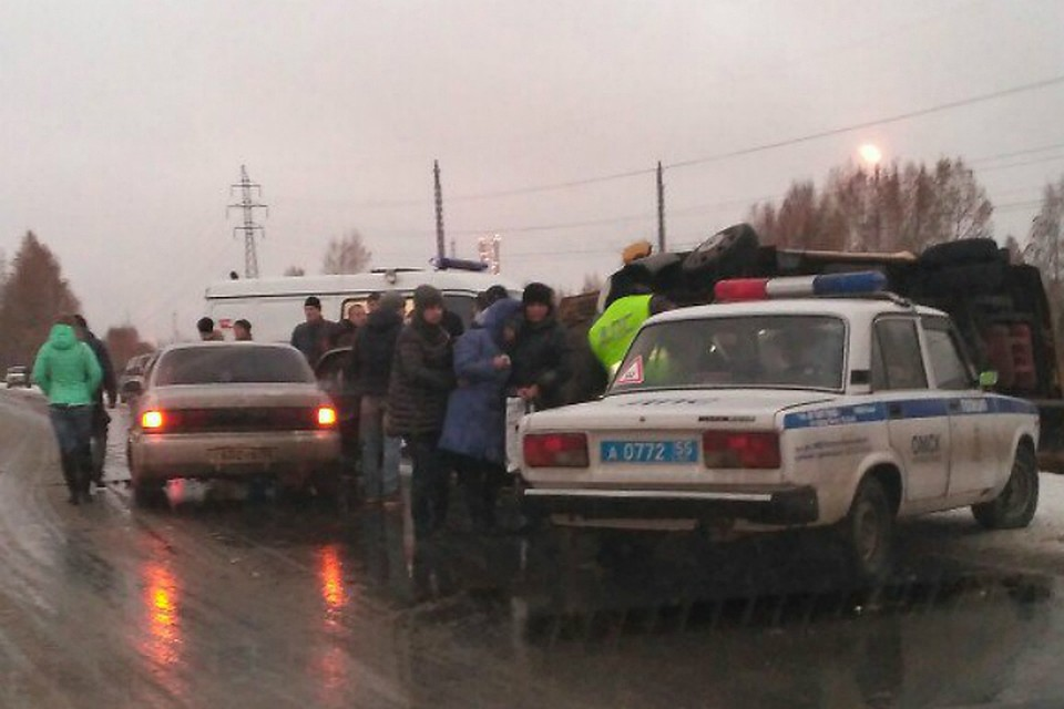 ВОмске перевернулась маршрутка, один человек умер