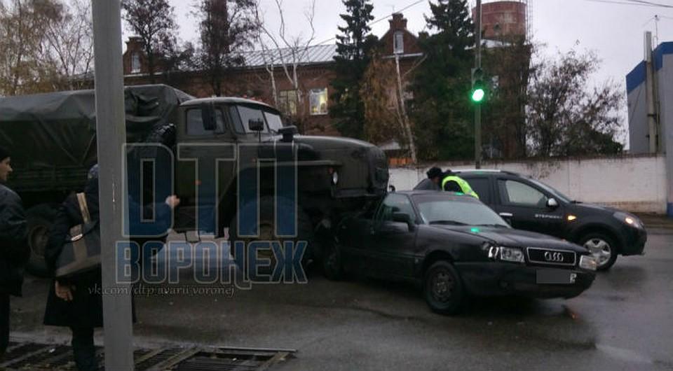 ВВоронежской области военный «Урал» насмерть сбил велосипедиста ипротаранил три авто