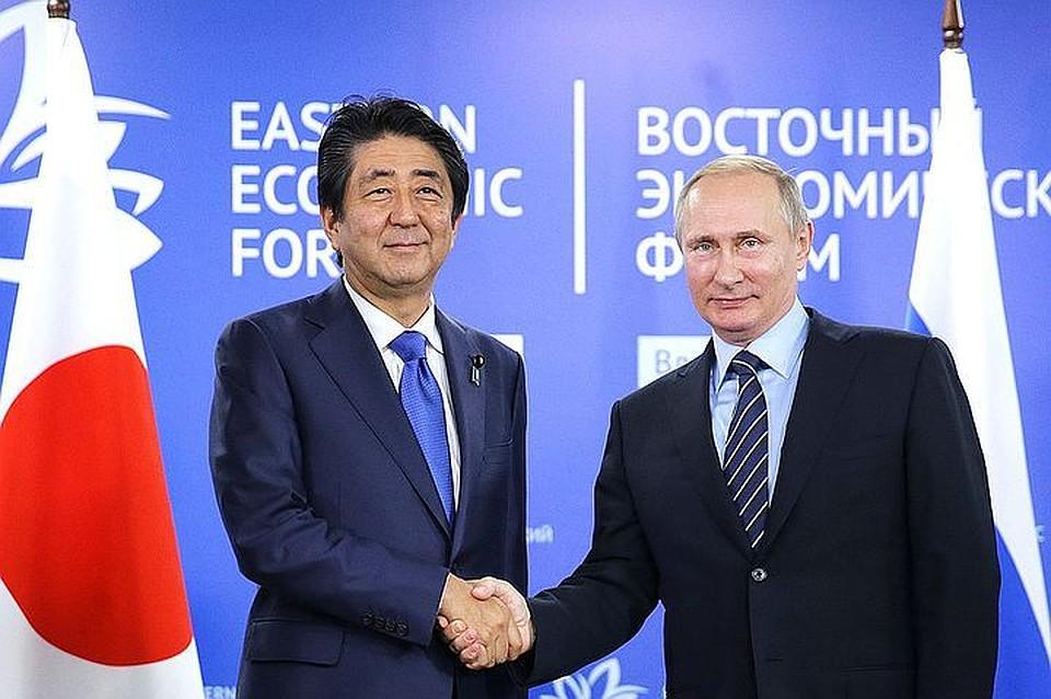 Премьер Японии упал вяму, когда играл вгольф спрезидентом США