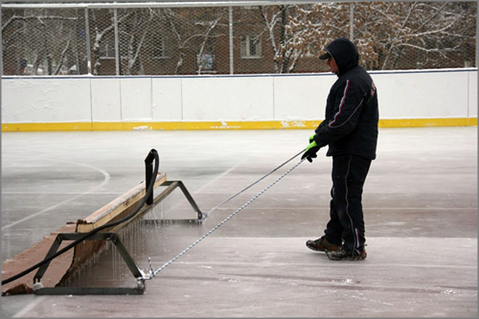 ВКрасноярске начали заливать хоккейные коробки икатки