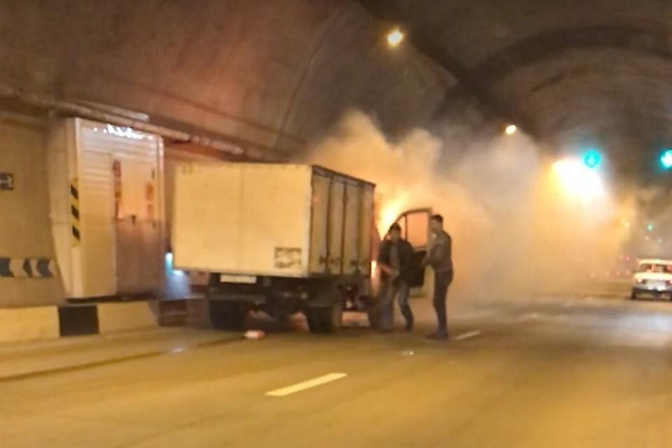 Горящий хлебный фургон заблокировал проезд втоннеле вСочи
