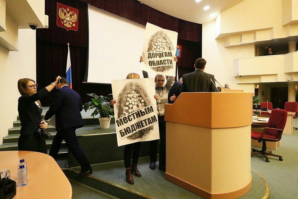 Саратовские коммунисты воблдуме развернули лозунги спохоронными венками