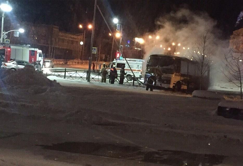 Автобус зажегся после столкновения савтомобилем наЯмале, пострадал один человек
