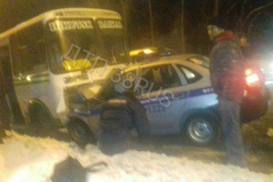 Полицейский автомобиль врезался спассажирский автобус