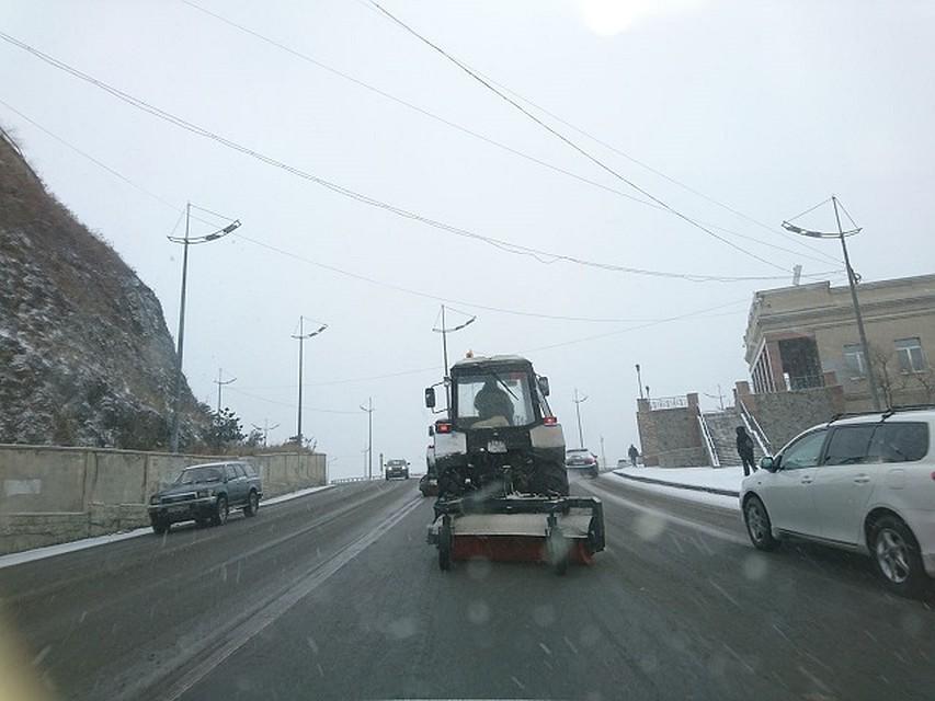 Снегопад преградил заезд вгород грузовикам воВладивостоке