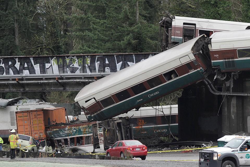 ВСША сошедший срельсов поезд превысил допустимую скорость втри раза