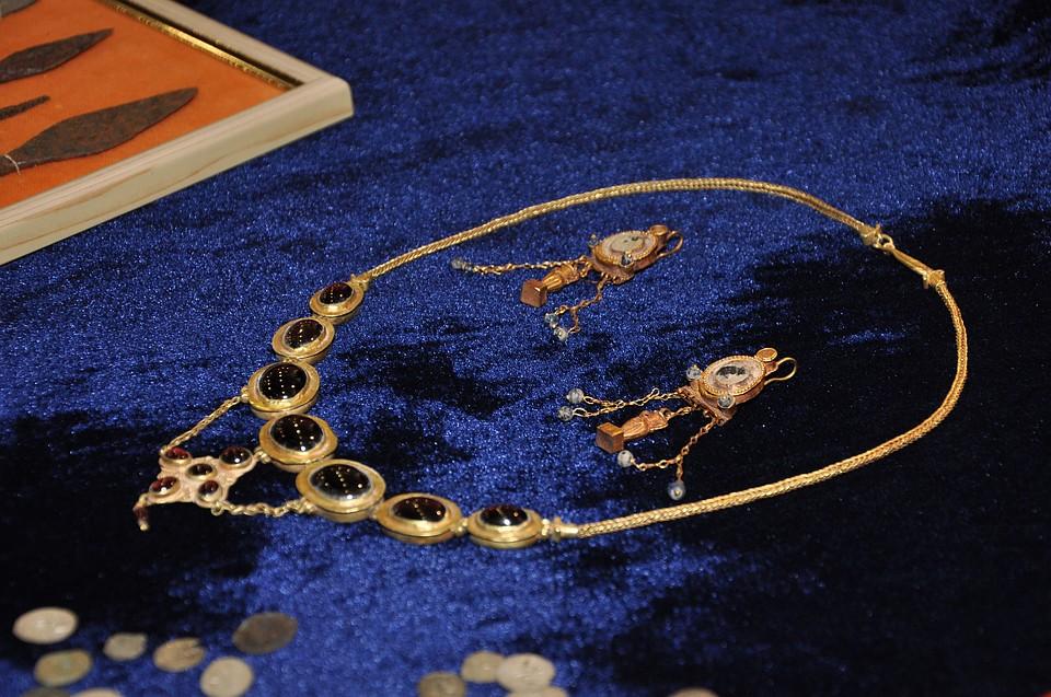 ФСБ: Мыпередали в«Херсонес Таврический» золотые украшения, статуэтки имонеты