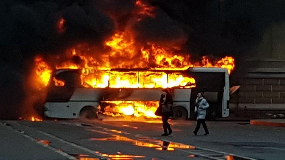 Вцентре Петербурга дотла сгорел туристический автобус