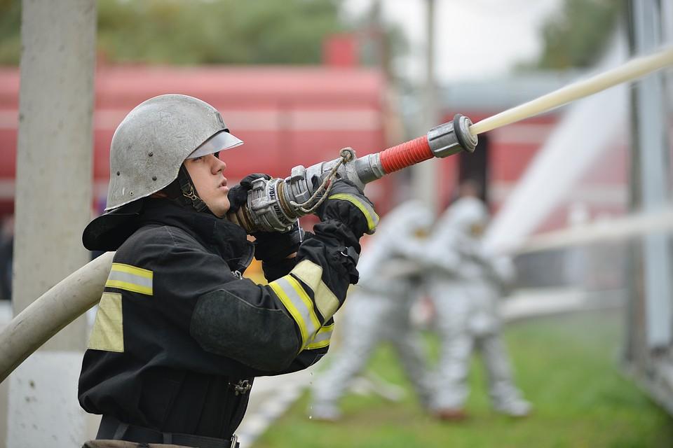 Пожарные спасли 10 человек при возгорании жилого дома назападе столицы