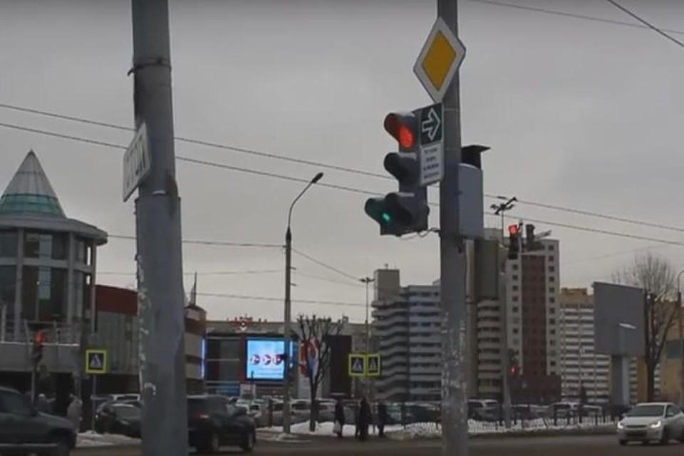 ВКазани дорожный знак разрешает проезжать накрасный свет