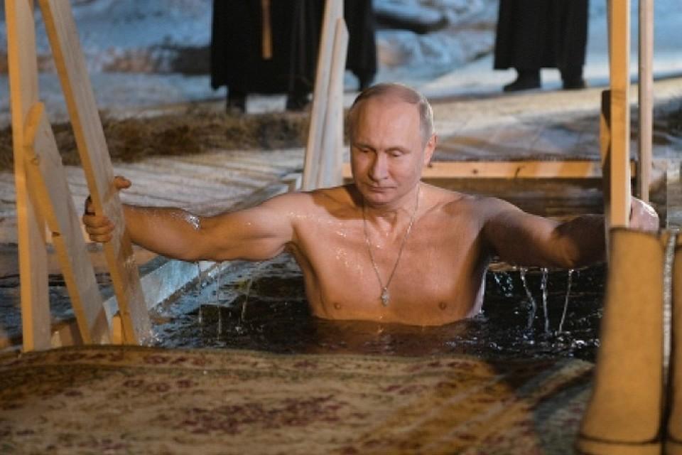 Путин окунулся впрорубь вмонастыре наСелигере